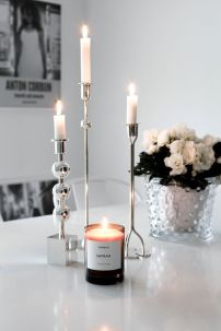 candelabros y vela aromática